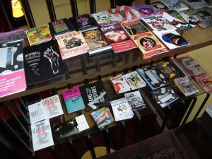 Dépôt de flyers dans le bar L'Autre Café, rue Jean-Pierre Timbaud à Paris.
