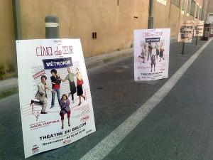 Pose d'affiches boards pour Cinq de Cœur au festival d'Avignon
