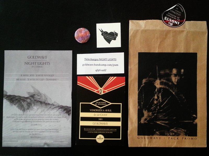 Un pack promo contenant dans une enveloppe personnalisée un flyer, un texte de présentation, un sticker, un tatouage temporaire et un pin's