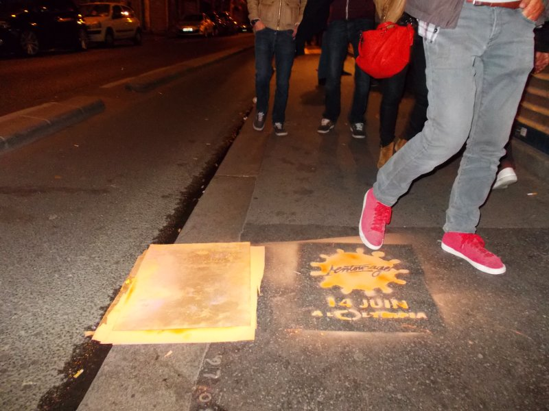 Pochoir à la bombe à craie sur un trottoir à Paris