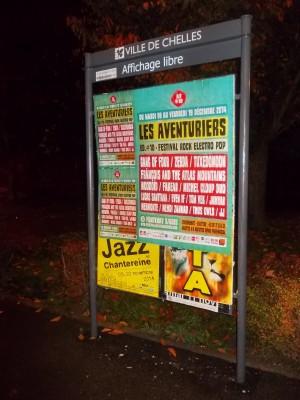 Affichage libre pour le festival Les Aventuriers sur un panneau à Chelles