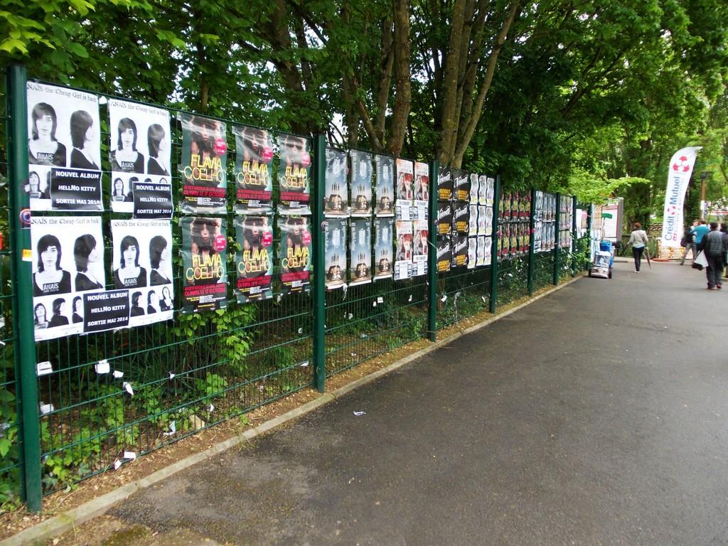 Pose d'affiches Anais, Flavia Coelho et Jardin du Michel dans l'espace pro du festival du Printemps de Bourges