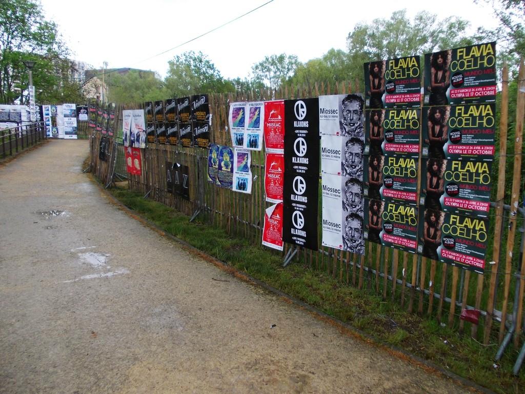 Pose d'affiches Flavia Coelho et Miossec devant l'entrée des professionnels du W au festival du Printemps de Bourges