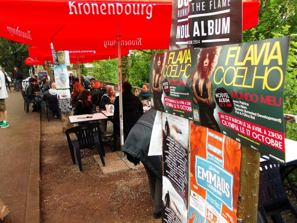 Pose d'affiches Flavia Coelho au bar des professionnels du festival du Printemps de Bourges