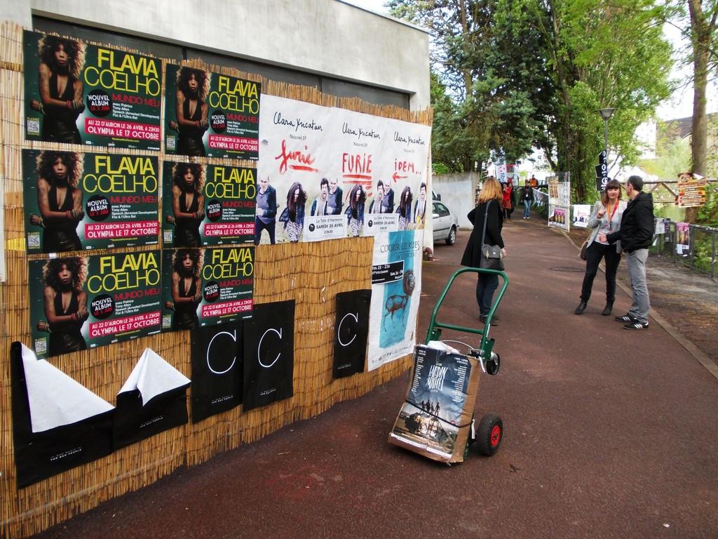 Pose d'affiches Flavia Coelho dans l'espace pro au festival du Printemps de Bourges