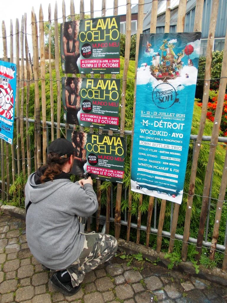 Pose d'affiches Flavia Coelho au festival du Printemps de Bourges devant le Palais d'Auron