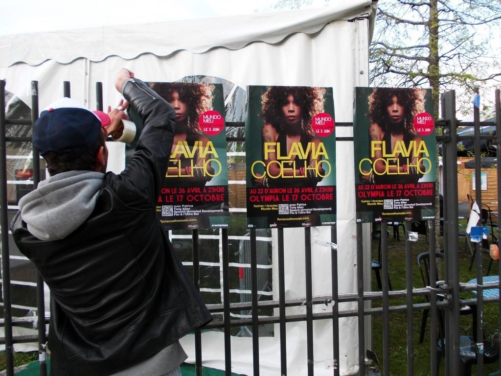 Pose d'affiches Flavia Coelho au festival du Printemps de Bourges