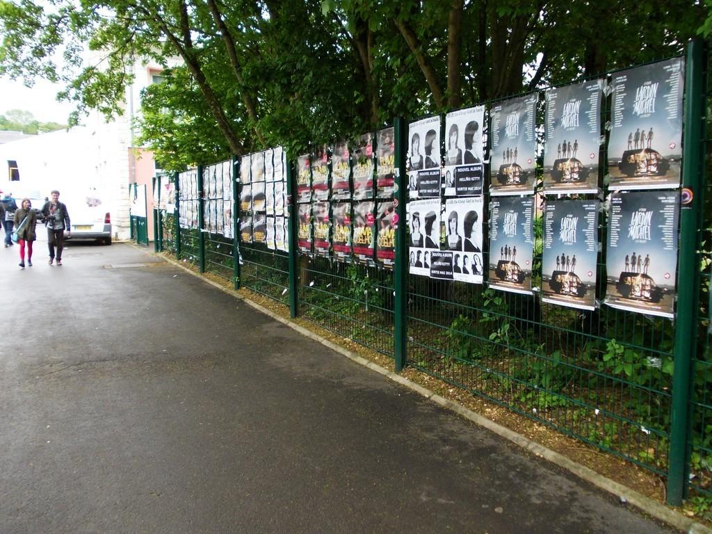 Pose d'affiches Jardin du Michel, Anais et Flavia Coelho dans l'espace pro du festival du Printemps de Bourges