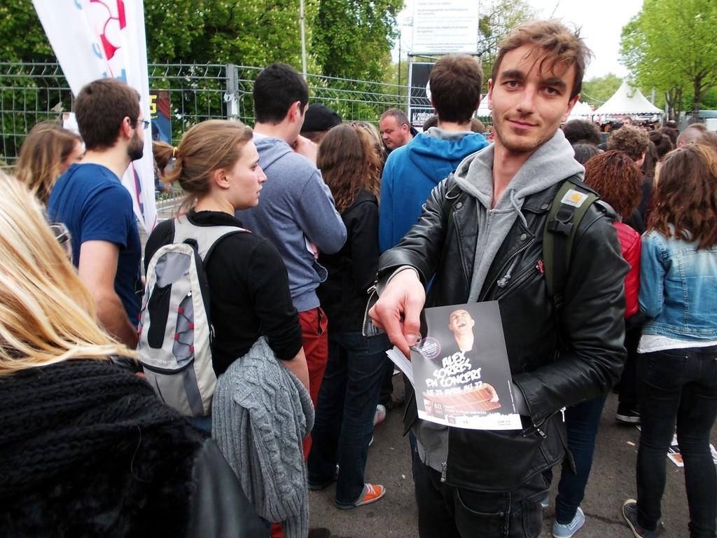 Distribution de flyers Alex Sorres au festival du Printemps de Bourges devant les concerts du W