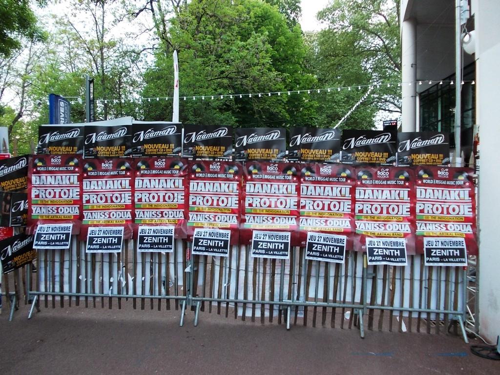 Pose d'affiches au festival du Printemps de Bourges