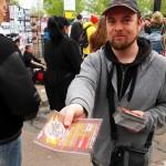 Distribution de prospectus au festival du Printemps de Bourges devant le W