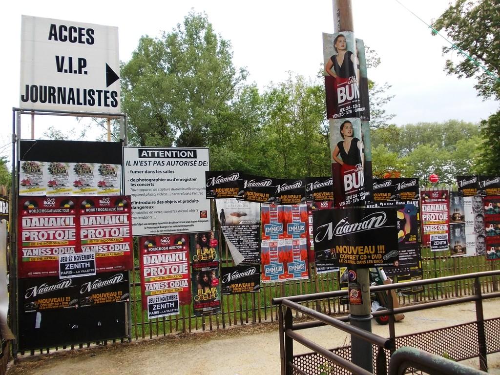 Pose d'affiches dans l'espace pro du festival du Printemps de Bourges