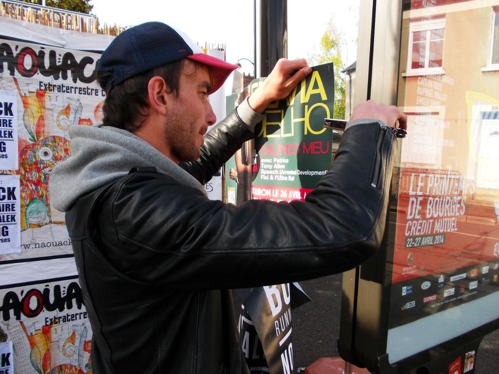 Pose d'affiches Flavia Coelho en boarding au festival du Printemps de Bourges