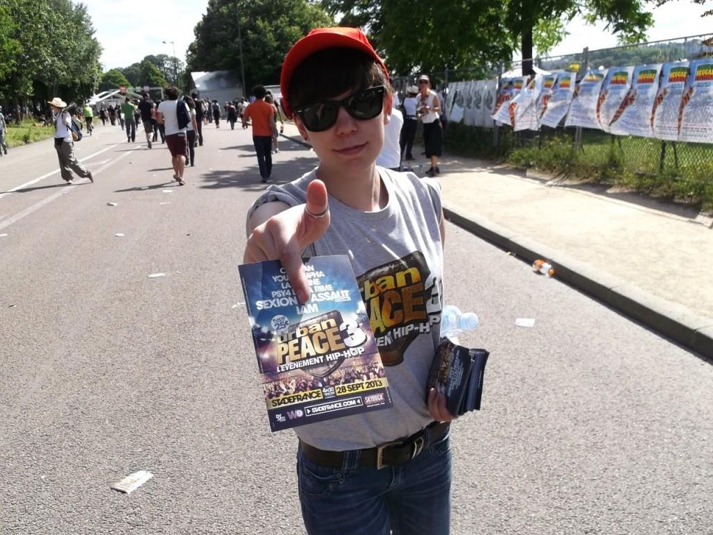 Distribution de flyers Urban Peace au festival Solidays