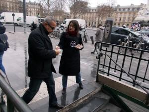 Distribution de prospectus pour un restaurant à la sortie du métro République
