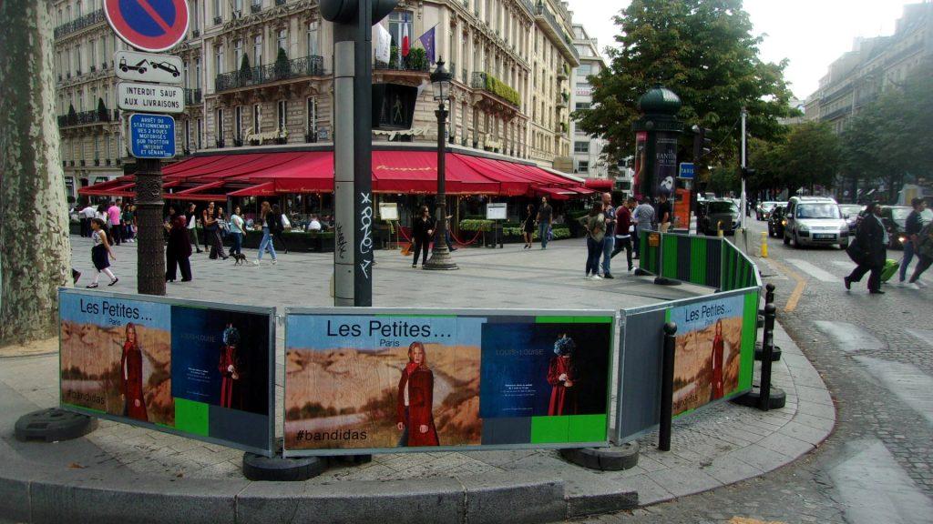 Affichage sauvage pour Les Petites et Louis Louise à Paris sur les Champs Élysées devant le Fouquet's