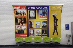 Campagne d'affichage sur un panneau partagé du réseau Paris Culture dans le métro parisien