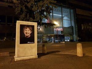 Campagne d'affichage teasing Mickeynnials à Paris devant le média Havas