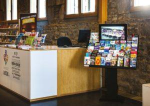 Un présentoir de prospectus et de brochures pour des excursions touristiques dans un hôtel en Belgique
