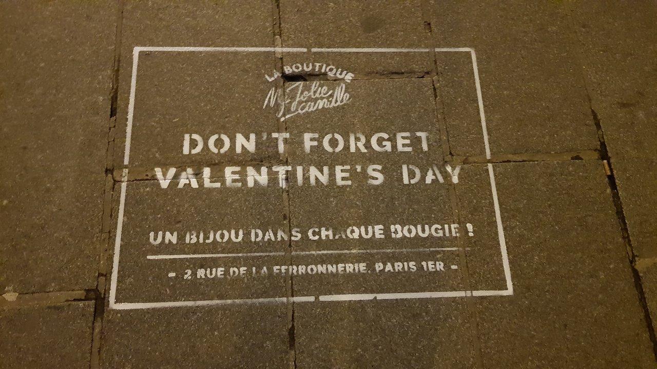 Un pochoir de street marketing pour la marque My Jolie Candle sur un trottoir d'une rue à Paris