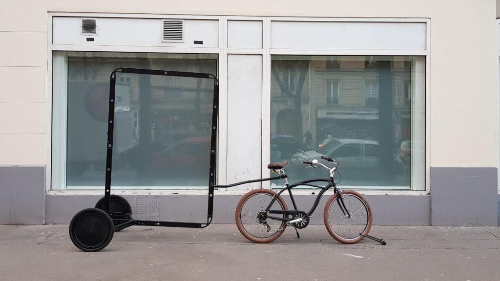 Vélo publicitaire en ville avec une remorque et un emplacement d'affichage
