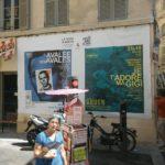Bâche 4 × 3 m pendant le festival d'Avignon le Off 2018 pour les spectacles l'Avalée des Avalés et Je t'adore ma Gigi.