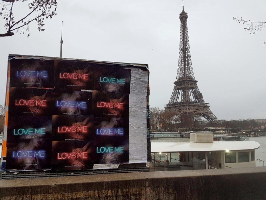 Affichage « Love Me » pour Emmanuelle Zysman à Paris devant la Tour Eiffel à Paris pendant la Fashion Week.