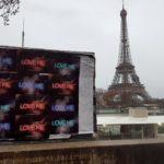 Affichage « Love Me » pour Emmanuelle Zysman à Paris devant la Tour Eiffel