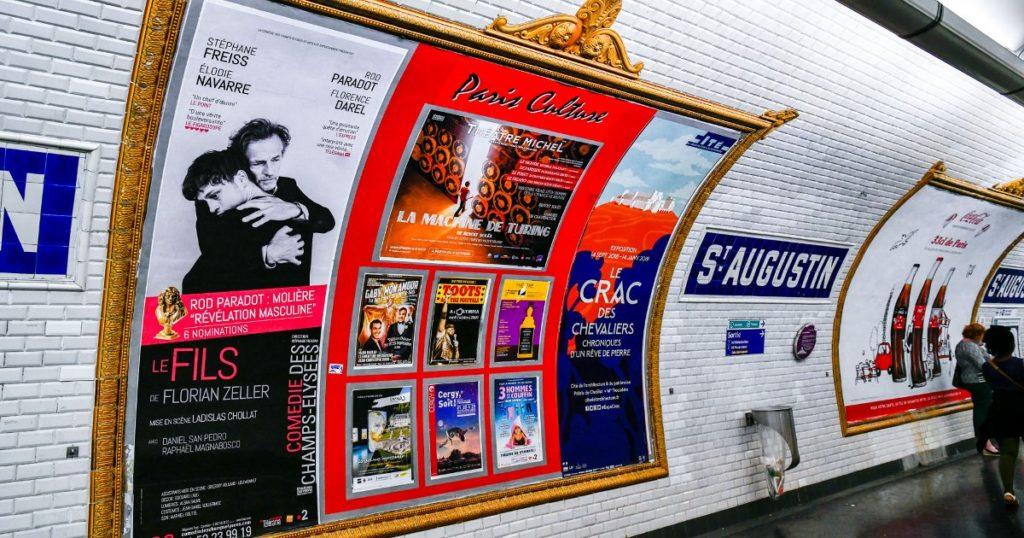 """Le réseau d'affichages publicitaires """"Paris Culture"""" du métro parisien"""