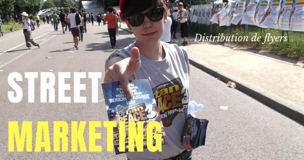 Distribution de flyers à Paris, une équipe de distributeur de flyers Street Dispatch dans la rue devant un festival.