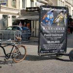 Vélo publicitaire d'affichage pour l'ouverture d'un magasin Warhammer dans le quartier des Halles à Paris.