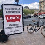 Un vélo publicitaire d'affichage mobile urbain place Saint-Michel à Paris