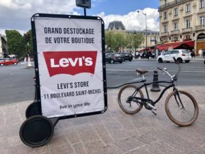 Vélo publicitaire pour l'ouverture d'un magasin Levi's place Saint-Michel à Paris