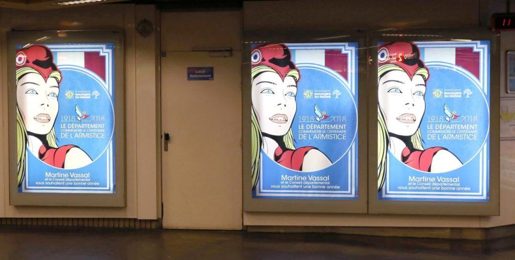 Réseau d'affichage sur des cadres rétroéclairés dans le métro à Marseille.