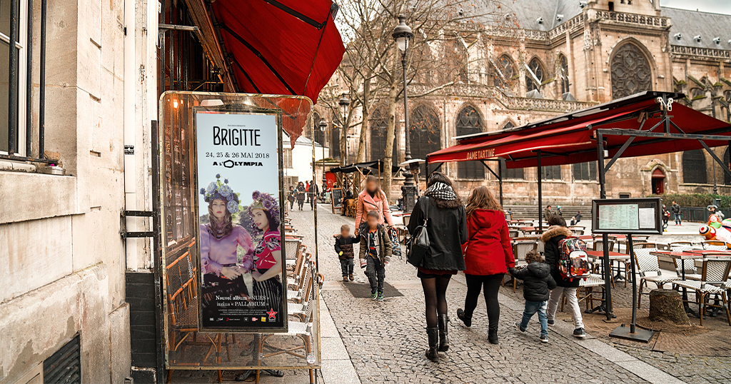 panneau publicitaire d'affichage urbain dans la rue