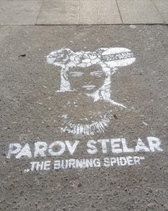 Spray-tag – un pochoir à la bombe de peinture dans Paris pour le groupe de musique Parov Stelar