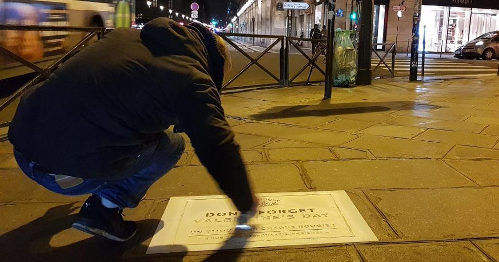 Pochoir street marketing à la bombe de peinture dans Paris pour la Saint-Valentin