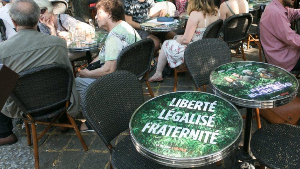 Mediatables un media outdoor – affiches sur les tables des cafés, dans les lieux de vies et de passage.
