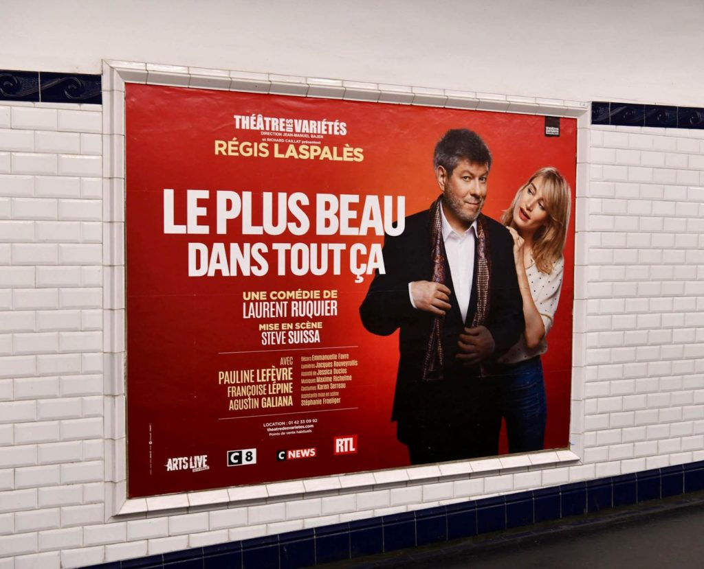 Un réseau d'affichage publicitaire pour les théâtres dans les couloirs du métro parisien