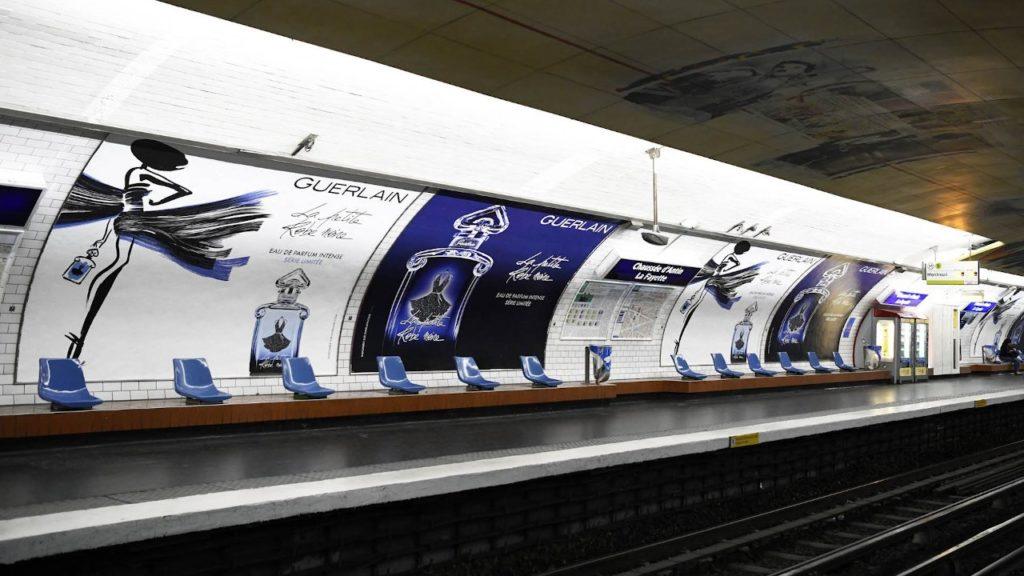 Affiche sur les quais du métro parisien