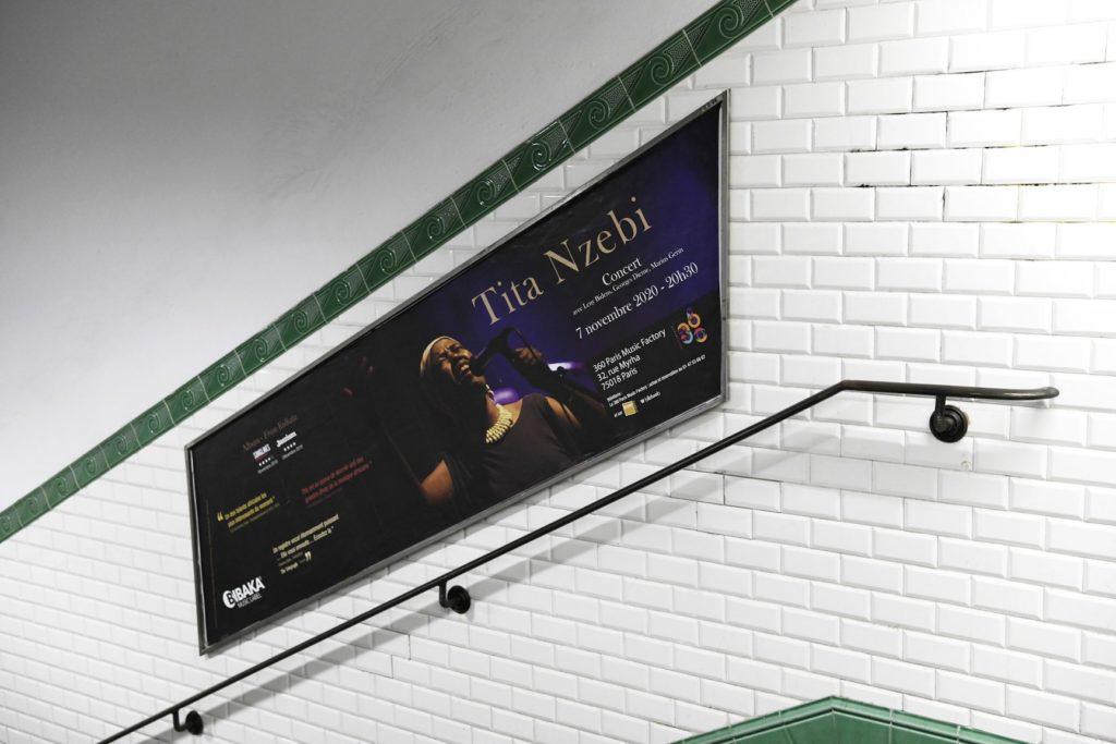 Emplacement publicitaire sur les rampes d'escaliers du métro parisien.