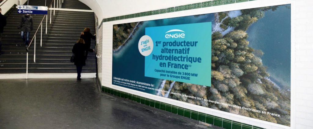 Affiche de publicité sur le réseau Panorama des couloirs du métro à Paris