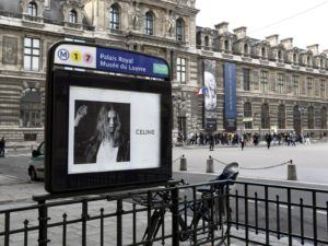 Publicité extérieur sur le réseau des entrées du métro parisien