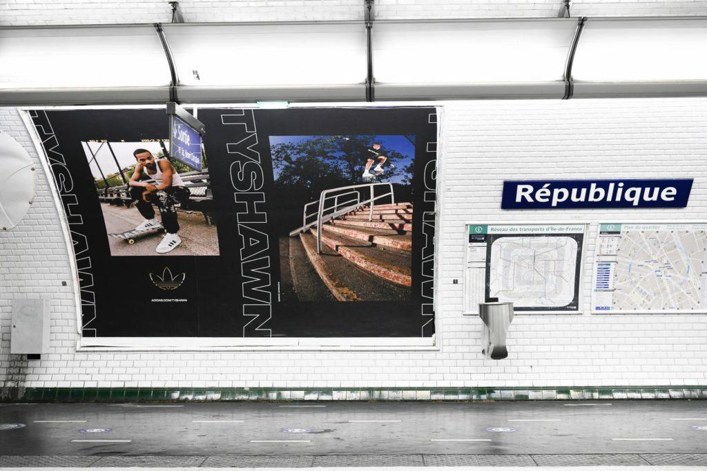 Publicité pour Adidas à Paris sur le quai de la station de métro République